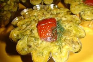 Mini tarte cu ciuperci, brânză şi ceapă verde