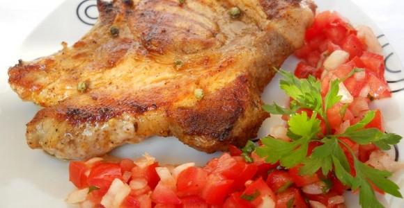 Ceafă la grătar cu salată de roşii şi ceapă