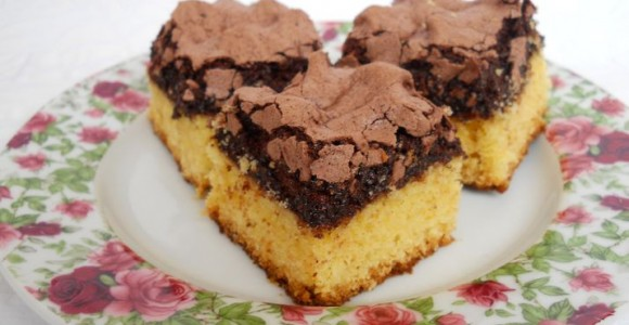 Prăjitură cu bezea de cacao şi nuci
