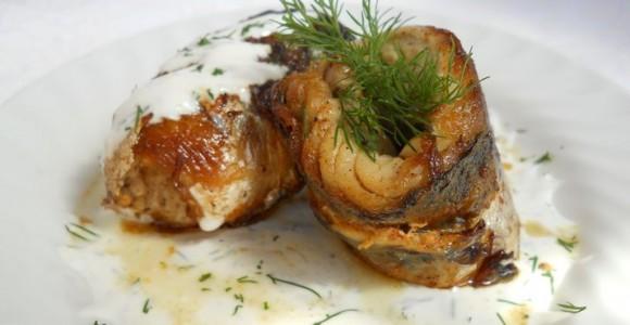 Rulouri de macrou cu sos de smântână şi usturoi