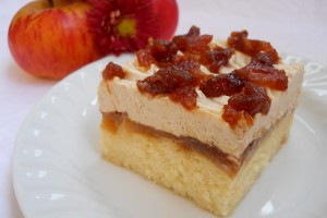 Prăjitură cu mere caramelizate şi cremă fină cu scorţişoară