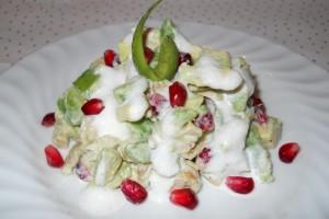 Salată cu avocado, pui şi rodie