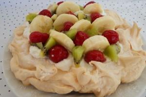Merengue cu frişcă, fructe & love