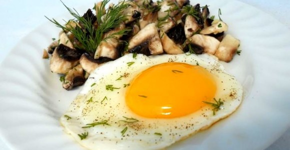 Salată de ciuperci cu usturoi şi mărar