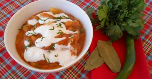 Mâncare de cartofi cu mazăre şi smântână