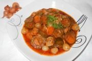 Mâncare de castraveţi acri cu carne de porc si arpagic